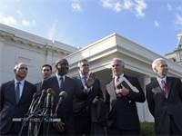 """מנכ""""לי חברות התרופות הגדולות בארה""""ב לפני פגישה עם טראמפ בבית הלבן, ינואר 2017. בתי חולים, חברות ביטוח וחברות רכש תרופות בזול התאחדו בקריאה לרסן את רווחי חברות התרופות צילום:ASSOCIATED PRESS PA"""