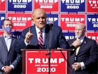רודי ג'וליאני, עורך דינו של טראמפ, במסיבת עיתונאים שעוסקת במאמצים המשפטיים לערעור על התוצאות בבחירות לנשיאות / צילום: John Minchillo, AP