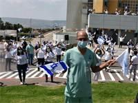 """מטס חיל האוויר חולף מעל בית חולים פוריה וצוותי הרפואה מנופפים בהתרגשות בדגלי ישראל / צילום: דוברות משרד הבריאות, יח""""צ"""