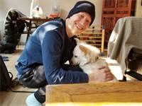 איליה צ'רמניך עם הכלב החדש שלו, בימי הבידוד בבייג'ינג / צילום: איליה צ'רמניך