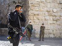 חיילים, שוטרים ומאבטחים עם מבכות פנים שומרים על הסגר בירושלים / צילום: Ariel Schalit, Associated Press