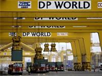 מנופים של DP WORLD מעמיסים מכלות בנמל ג'בל עלי  / צילום: Kamran Jebreili, AP