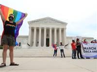"""מפגינים עם דגלי הגאווה מחוץ לבית המשפט העליון בארה""""ב  / צילום: Tom Brenner, רויטרס"""