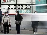 חששות מקורונה מחוץ לבניין בורסת הניקיי / צילום: Eugene Hoshiko, AP