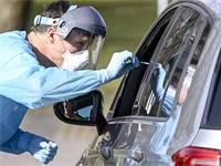 רופא מבצע בדיקת קורונה בגרמניה / צילום: Axel Heimken/dpa, AP
