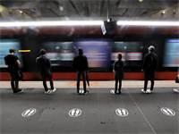 נוסעים מחכים לרכבת תחתית תוך שמירה על מרחק זה מזה בעיר ניס, בצרפת. תושבי המדינה יצאו מהבתים עם הקלת הסגר / צילום: Eric Gaillard, רויטרס