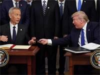 טראמפ וסגן נשיא סין חותמים על הסכם סחר / צילום: רויטרס, Kevin Lamarque