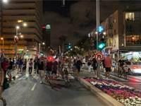 """מפגינים צועדים ברחוב אבן גבירול בת""""א / צילום: בר לביא, גלובס"""