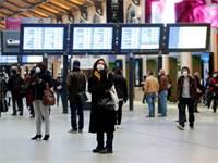 נוסעים בתחנת רכבת בפריז. הנוסעים מחויבים לעטות מסכות בשימוש בתחבורה ציבורית / צילום: Charles Platiau, רויטרס