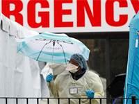 """עובדת בצוות רפואי מחוץ לבית חולים בניו יורק, ארה""""ב / צילום: Kathy Willens, AP"""