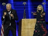 """ג'ו ביידן ואשתו ג'יל בנאום הניצחון לאחר שנבחר לנשיא ארה""""ב / צילום: AP"""
