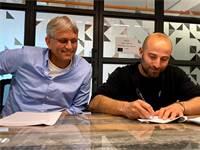 """הדר לנדאו, ממייסדי אפליקציית דורון, ויבין גילמור, מנכ""""ל יד2, חותמים על הסכם השקעה  / צילום: יח""""צ"""