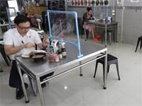 סועדים במסעדה בנגקוק, תאילנד. המסעדות הורשו להיפתח כל עוד תהיה שמירת מרחק בין הלקוחות / צילום: Sakchai Lalit, AP