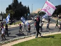 מפגינים עולים אל הכנסת / צילום: Sebastian Scheiner, Associated Press