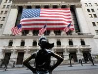 """פסל """"הילדה חסרת הפחד"""" מול בורסת ניו יורק / צילום: Mark Lennihan, AP"""