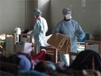 רופאים בחדר מיון שהוקם לחולי קורונה באיטליה / צילום: Luca Bruno, AP