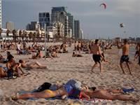 אנשים מבלים בים בתל אביב בזמן גל החום שפקד את המדינה / צילום: Oded Balilty, AP