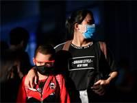 אם ובנה הולכים ברחוב עם מסיכות / צילום: צ'ליני ת'יראסופה, רויטרס