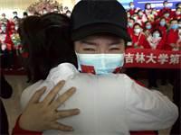 אישה בשדה התעופה בווהאן מתכוננת לחזור הביתה ביום הראשון לשחרור לאחר הסגר / צילום: AP