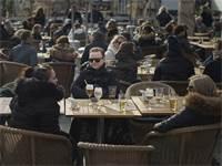 אנשים יושבים במסעדה בשטוקהולם. החיים בשבדיה נמשכו כמעט כרגיל למרות התפרצות הקורונה / צילום: Andres Kudacki, AP