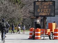 שלט שמזכיר לשמור על מרחק של 2 מטר זה מזה, בניו יורק / צילום: Kathy Willens, AP