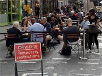 מסעדה עם מגבלות קורונה ברובע סוהו בלונדון / צילום: Matt Dunham, Associated Press