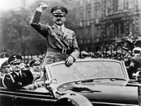 אדולף היטלר בתהלוכה ברחובות גרמניה, תחילת שנות ה-40 של המאה ה-20 / צילום: shutterstock, שאטרסטוק