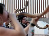 תקיעת שופר המונית במקסיקו / צילום: Mark Lambie / El Paso Times, רויטרס