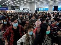 נוסעים בנמל התעופה בהונג קונג. אופן זרימת החדשות ישפיע על היקף השיתוק הכלכלי  צילום: AP - Kin Cheung