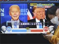טראמפ וביידן על מסך בטוקיו. יפן תיישר קו עם כל תוצאה שהיא / צילום: Koji Sasahara, AP