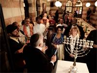 הדלקת נרות חנוכה בקהילה היהודית של בחריין / צילום: Mahmoud Illean, Associated Press