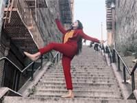 """מעריצה רוקדת במדרגות מתוך """"ג'וקר"""" / צילום: מתוך יוטיוב"""