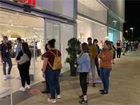 תור של אנשים שמחכים להיכנס לחנות H&M / צילום: ביג מרכזי קניות