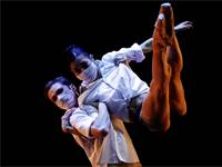 רקדני הבלט הלאומי בצ'כיה עם מסכות פנים / צילום: David W Cerny, רויטרס