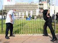 חולדאי ובר-דוד מסירים את הגדר מגינת ההסתדרות / צילום: דוברות ההסתדרות