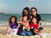 יאשה ורדה ניימן עם הילדים איתי, אביגל ואיילת על החוף באוקינאווה  / צילום: Ellis Photos Lab