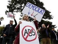 הפגנה נגגד החוק 5AB בקליפורניה / צילום: Rich Pedroncelli, AP