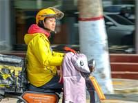 שליח בסין. הרוב מועסקים כעובדי קבלן צילום: רויטרס-Jin Hua