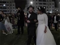 החתן והכלה אחרי החופה, יד ביד אחרי שבוע בו לא התראו / צילום: מתן פורטנוי, גלובס