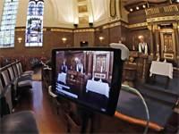 לייב מבית הכנסת. דרשת ערב שבת בבית כנסת בפנסילבניה בצל הקורונה / צילום: Gene J. Puskar, AP