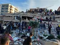 פינוי פצועים מהריסות בניין בטורקיה / צילום: Tuncay Dersinlioglu, רויטרס