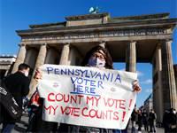 """הפגנה של נציגות המפלגה הדמוקרטית בברלין תחת הכותרת """"ספרו את הקולות"""" / צילום: Fabrizio Bensch, רויטרס"""