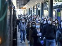 נוסעים רבים בתחנת הרכבת במילאנו לאחר ההקלה בסגר באיטליה / צילום: Claudio Furlan/Lapresse, AP