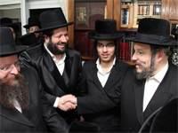 """ראש עיריית בית""""ר עילית מאיר רובינשטיין לוחץ את ידו של תורם / צילום: אלי סגל"""