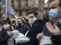 מסעדנים במרסיי מתכוננים לשבור צלחות במחאה על סגירת המסעדות / צילום: Daniel Cole, Associated Press