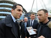 חלדון אל מובארק מדבר עם אוהדים בכניסה לאיצטדיון איתחאד במנצ'סטר / צילום: Rui Vieira, Associated Press