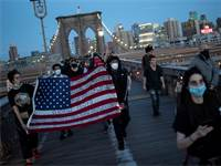 הפגנה בניו יורק נגד אלימות משטרתית בעקבות מותו של ג'ורג' פלויד / צילום: Wong Maye-E, AP