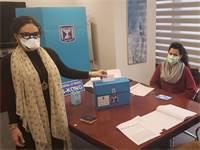 עובדי משרד החוץ מצביעים בהונג קונג עם מסיכות / צילום: דוברות משרד החוץ