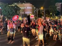 """מפגינים חוסמים את התנועה ליד דיזנגוף סנטר בת""""א / צילום: בר לביא, גלובס"""