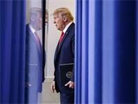 """נשיא ארה""""ב דונלד טראמפ עומד לנאום על סכנות נגיף הקורונה / צילום: Patrick Semansky, Associated Press"""
